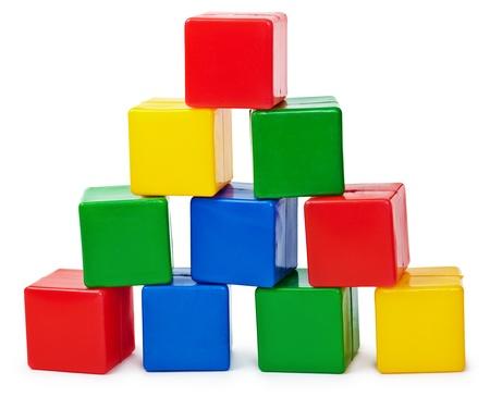 bloques: Pir�mide de curva de cubos de color, construido por el ni�o aislado sobre fondo blanco
