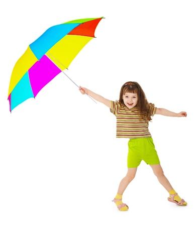 Niña feliz está jugando con paraguas color aisladas sobre fondo blanco