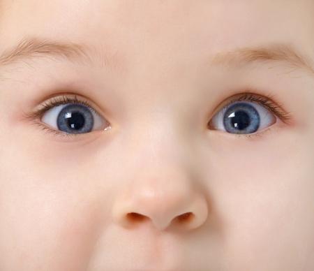 nariz: Cerrar los ojos del ni�o lleno de inter�s Foto de archivo