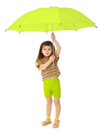 loose hair: Bambino detiene sopra la sua testa un grande ombrellone verde