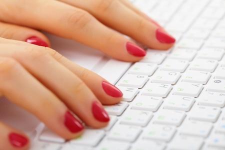 Le mani delle donne sulla tastiera di un computer close up - tipizzazione