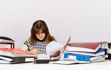 bookkeeping: El contador se prepara para una auditor�a financiera en la Oficina