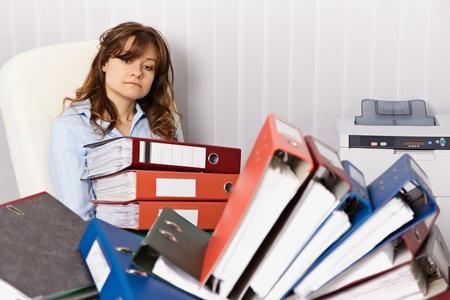 bookkeeping: Contador cansado trabajar horas extras en el trabajo de oficina Foto de archivo