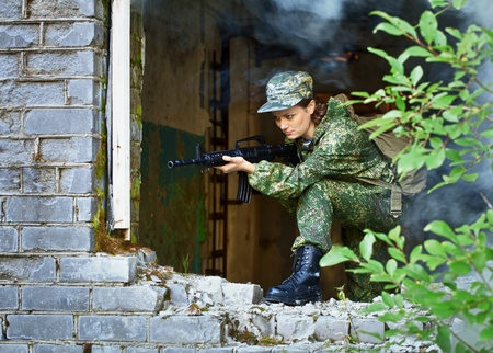 airsoft: A woman with a rifle, keep the defense in the battle