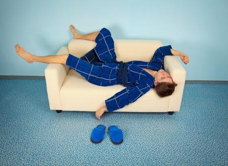 bathrobes: Cansado trabajador manual est� descansando en su casa en el sof�