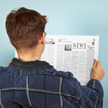 Ein Mann liest die Nachrichten in der Zeitung Standard-Bild - 11438815