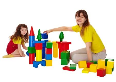 loose hair: Felice madre e figlia giocare con i blocchi isolati su bianco