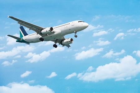Airliner kommt zur Landung auf dem Hintergrund des bewölkten Himmels Standard-Bild - 11912775