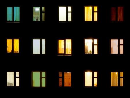 Nacht Fenstern des alten Wohnblock Standard-Bild - 12655854