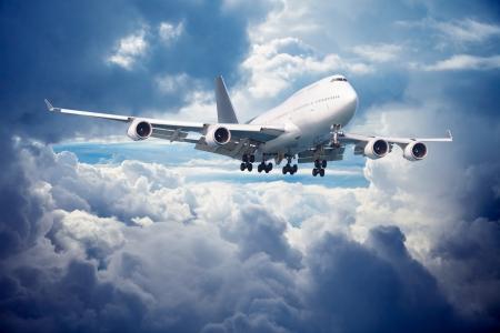 Aeronaves de gran tamaño se va para el aterrizaje. Contra el cielo nublado.