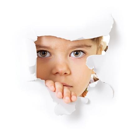 Gesicht des Kindes durch ein Loch in das weiße Papier Standard-Bild - 13940205