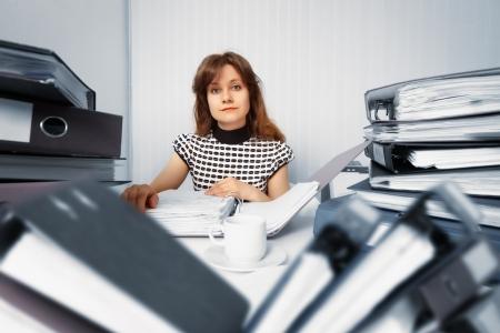 Business-Frau arbeitet im Büro mit Buchhaltungsunterlagen