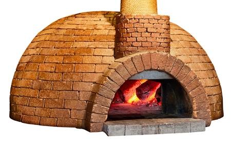 Antiguo horno de pan de ladrillos se encuentra aislado en un fondo blanco