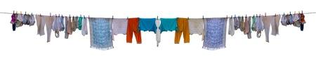 clothes washing: Ropa sec�ndose en la cuerda aislada en el fondo blanco