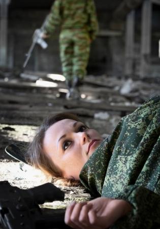 vermoord: Een jonge vrouw - een soldaat gedood in vuurgevecht