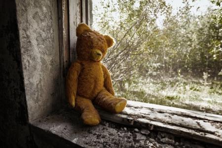 niños tristes: Antiguo oso de juguete abandonado en las ruinas. 70s soviéticos juguete