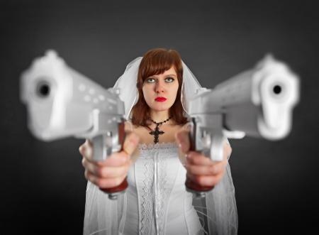 mujer con pistola: Novia hermosa joven armado con dos pistolas gigantes