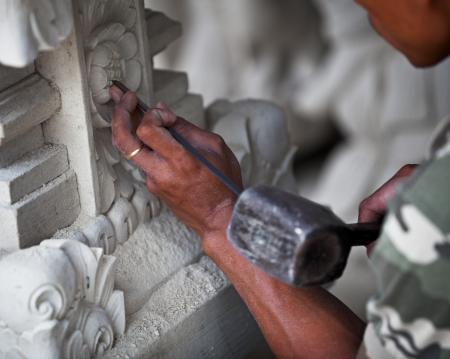 La mano de la maestra en el trabajo - talla de piedra Indonesia, Bali