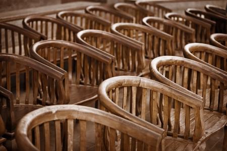 muebles antiguos: Sillas de madera viejas en el teatro de cerca Foto de archivo