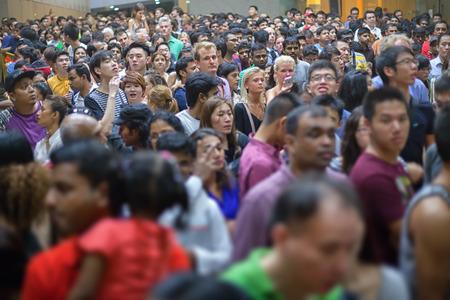 SINGAPUR - 31 DEC 2013: Eine riesige Menschenmenge in Singapur erhoben, um die Ankunft des neuen Jahres zu feiern. Editorial