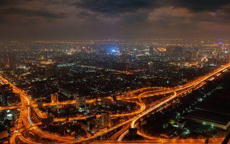 colores calidos: Vista a�rea de la gran ciudad moderna en la noche (colores c�lidos)
