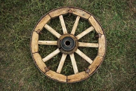 carreta madera: Rueda de carro de madera en la gracia