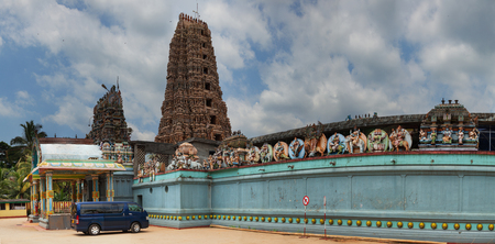 hinduismo: DAMBULLA, SRI LANKA - CIRCA APR 2013: Hindu temple. Outside view Editorial