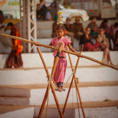 pantomima: PUSHKAR, RAJASTHAN, LA INDIA - CIRCA NOV DE 2012: Feria tradicional en Pushkar. Espectáculo de circo callejero
