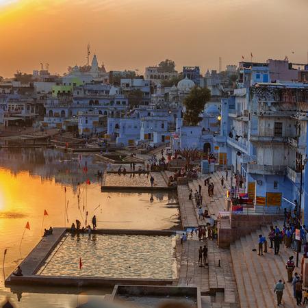 Pushkar, Rajasthan, Indien - CIRCA November 2012: Pushkar Stadt und der See. Blick auf den Sonnenuntergang Standard-Bild - 80138837