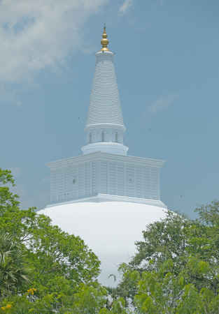 unesco: Sri Lanka, Anuradhapura - Ruwanwelisaya with trees before it