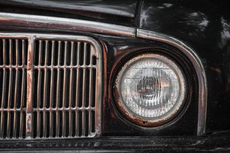 Alter rostiger Autostoßdämpfer und -lampe. Nahaufnahme Standard-Bild - 87233025