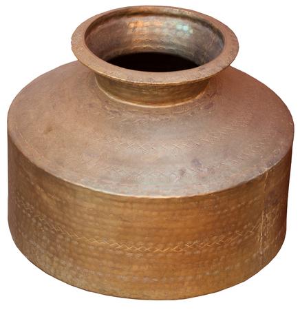 Recipiente antiguo, bronce, indio del agua de Jaisalmer, Rajasthán, la India, aislada contra un fondo blanco. Foto de archivo - 85057857