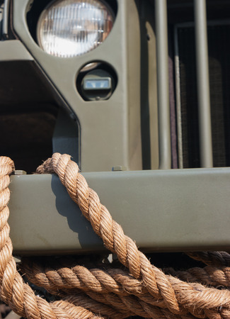 Stoßstange des Weinleseautoautos mit dem alten Seil Standard-Bild - 87233033