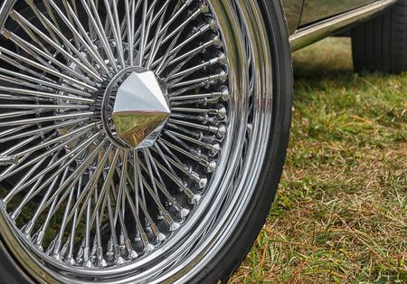 Rad eines alten Sportwagens. Nahaufnahme des Rades Standard-Bild - 87233044