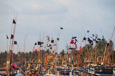 Sri-Lanka - Fischerboote aus Holz angedockt. Sonniger Tag Standard-Bild - 87233048