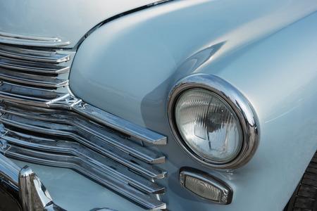 Der vordere Teil eines alten 60er Autos Standard-Bild - 87233061