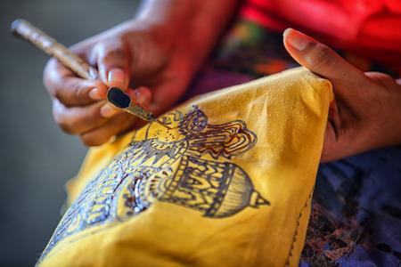スリランカ スリランカのアヌラーダプラ。アーティストの伝統的な芸術作品を作成する楽器とスケッチします。噴き出してツール - 傾き。Tjanting。