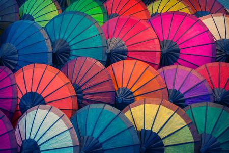 Laos, Luang Prabang. Viele vintage Sonnenschirme aus natürlichen Materialien in verschiedenen Farben Standard-Bild - 86805118