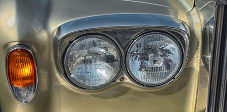 Scheinwerfer eines alten Autos. Details, naher hoher Schuss Standard-Bild - 86805120