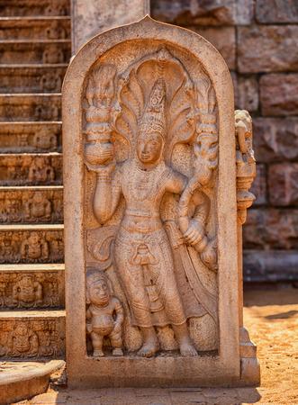 Sri Lanka, Anuradhapura. Weinlesestein mit Wächter nahe dem Tempel Standard-Bild - 86895346