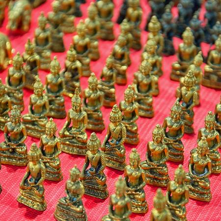 Kleine Vintage Bronzefiguren auf dem Markt Standard-Bild - 86895347