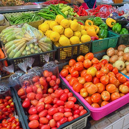 Gemüse und Obst auf dem thailändischen Markt. frisches Gemüse und Obst Standard-Bild - 87325541