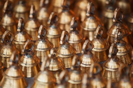 Große Glocken für Rinder auf dem Marktzähler. Indien, Radjasthan, Pushkar Standard-Bild - 87325546