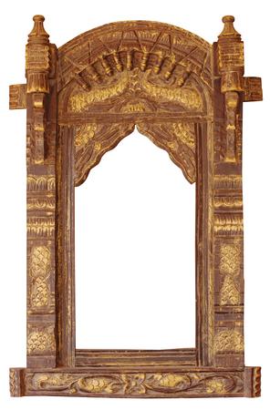 Aufwändig gestaltetes, architektonisches Detail eines alten, gewölbten Eingangs in Jaisalmer, Rajasthan, Indien, vor einem weißen Hintergrund isoliert. Standard-Bild - 87325548