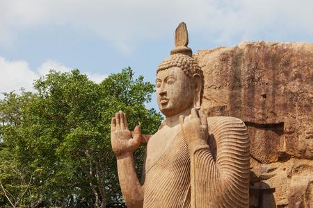 Avukana-Steinstatue des Buddhas. Sri Lanka, Kekirawa Standard-Bild - 87325550