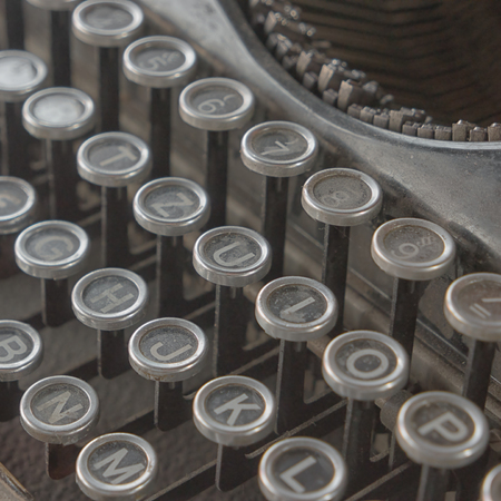 Tastatur der alten Schreibmaschine 40s schließen oben Standard-Bild - 87325552