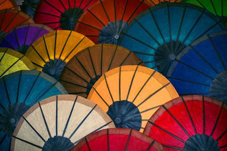 Farbiges Papier Traditionelle Schirme werden auf dem Markt verkauft. Laos Standard-Bild - 87325553