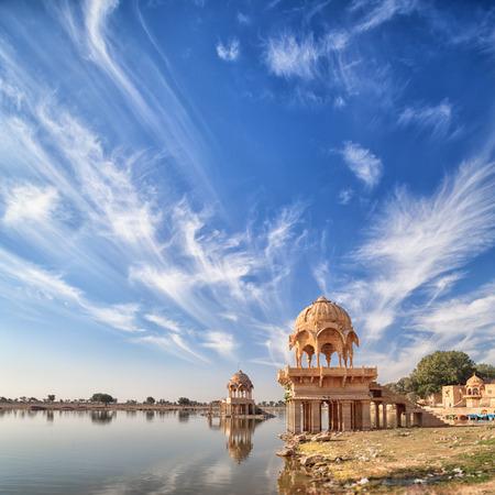 Indien, Rajasthan. Blick auf den Gadisar See in der Trockenzeit. Im Stausee etwas Wasser Standard-Bild - 87325554