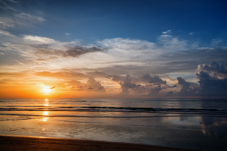 A picturesque sunset over a calm ocean. Phuket, Thailand Standard-Bild - 90252714