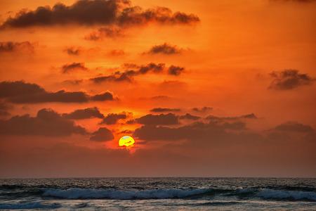 Sonnenuntergang unter dem Meer. Romantische Landschaft in Sri Lanka Standard-Bild - 90252752